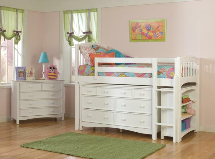 literas juveniles, habitación infantil, cama elevada blanca, armario, tapete y cortinas verdes