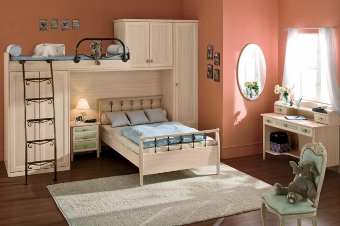 literas juveniles, habitacion con paredes melocotón, espejo, muebles madera clara, tapete y escalera