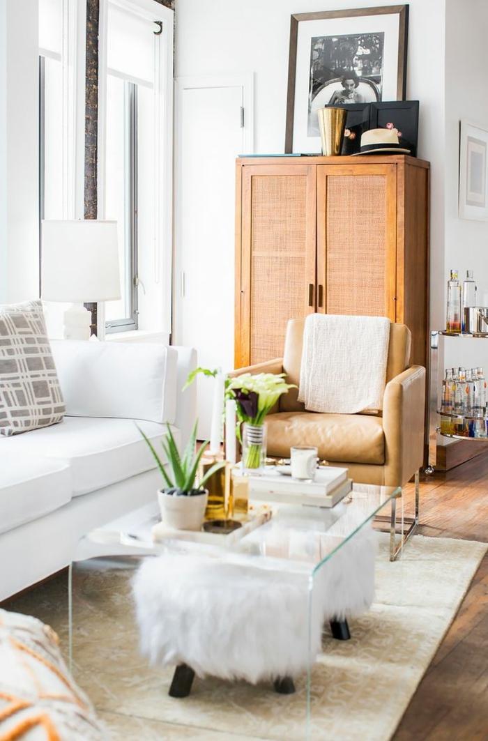 salones con encanto, salón pequeño con mesa de vidrio y taburetes bajas, sofá blanco, ventanal y tapete