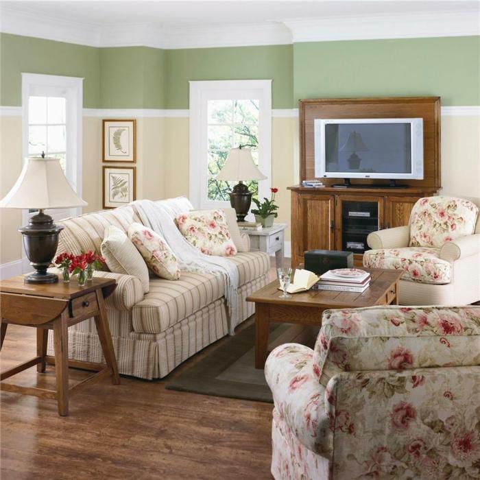 salones con encanto, salón pequeño con sofá y sillones en motivos florales, mesa de amdera, televisor y ventanales, mesa auxiliar con lámpara