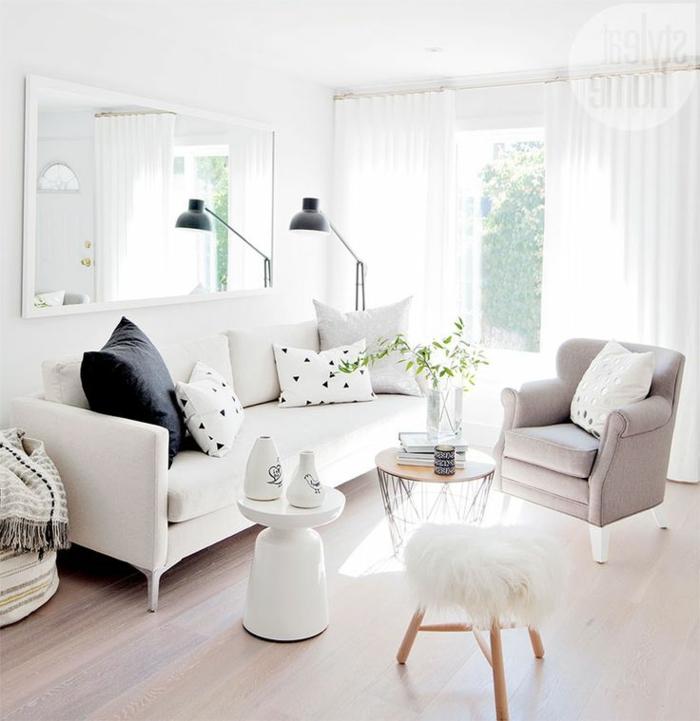 salones con encanto, salón con ventanal y mucha luz, sofá blanca, sillón con patas en rosa pastel, espejo rectangular grande de pared