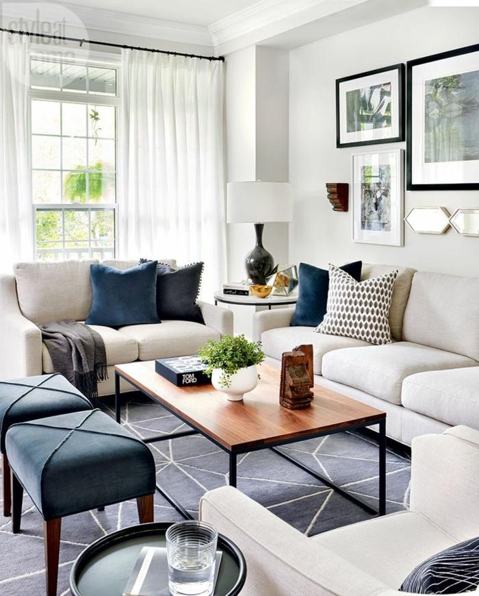 salones con encanto, salón en beige y azul oscuro, ventanal con cortinas delicadas blancas, tapete y mesa de madera rectangular