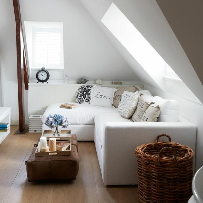 salones con encanto, salón con techo inclinado, sofá en forma de L con cojines, despertador retro, canasta y bandeja con velas