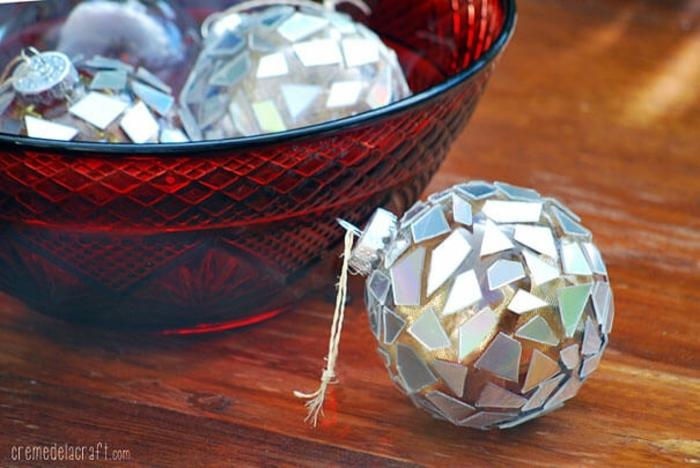 manualidades navideñas, pelotas para el árbol, componentes de reciclaje