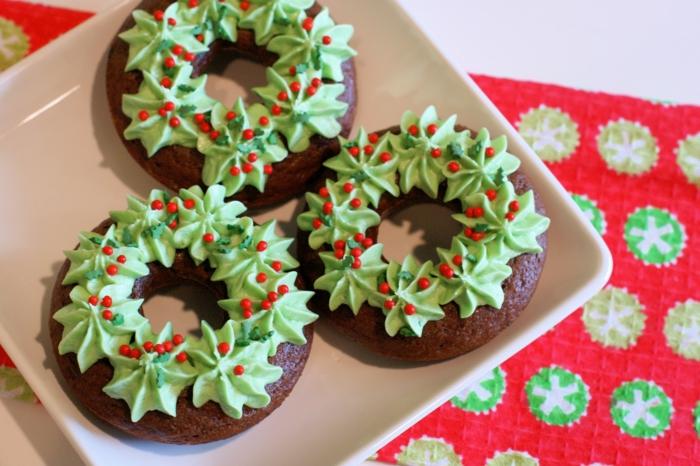 motivos navideños, galletas decoradas con crema de leche, bolas de acebo