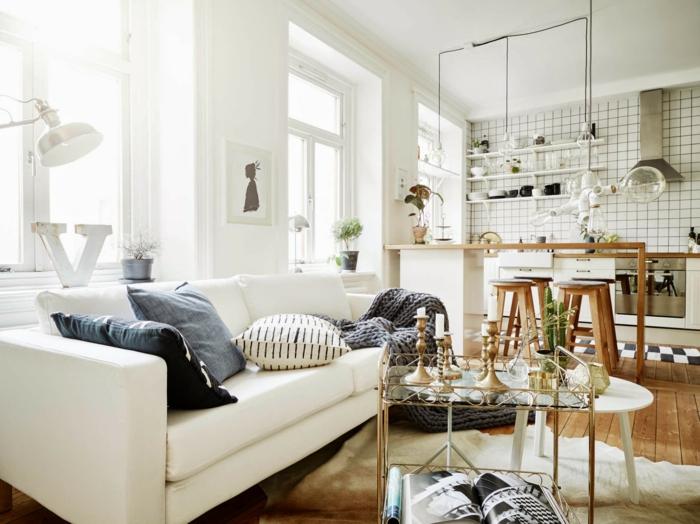 muebles de salon, salón pequeño blanco con mesa de vidrio y cojines azules, cocina abierta con baldosas