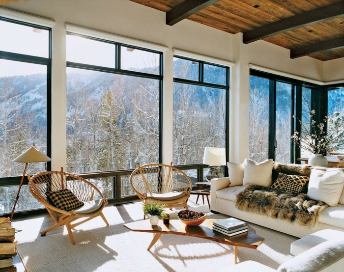 muebles salon, salon rustico en montaña, sillas acapulco, sofá blanca, techo de madera