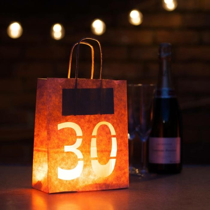 ideas para cumpleaños, bolsa cortada, 30 años iluminada