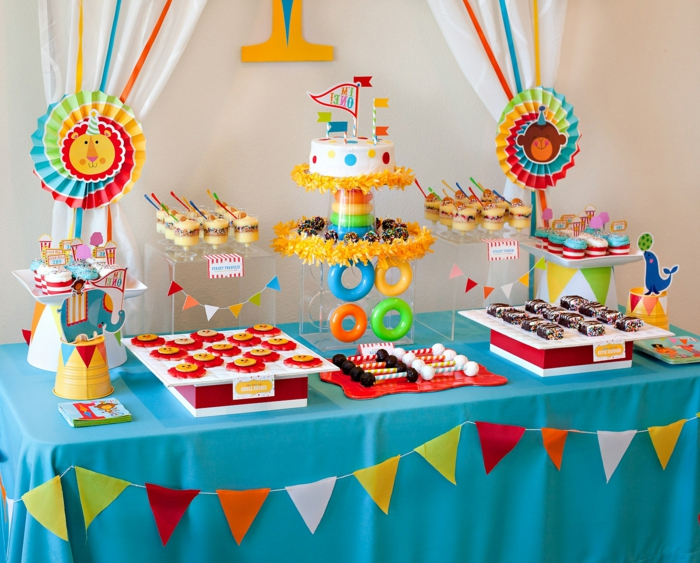 ideas para cumpleaños, decoracion mesa en azul y amarrillo, dulces y guirnaldas