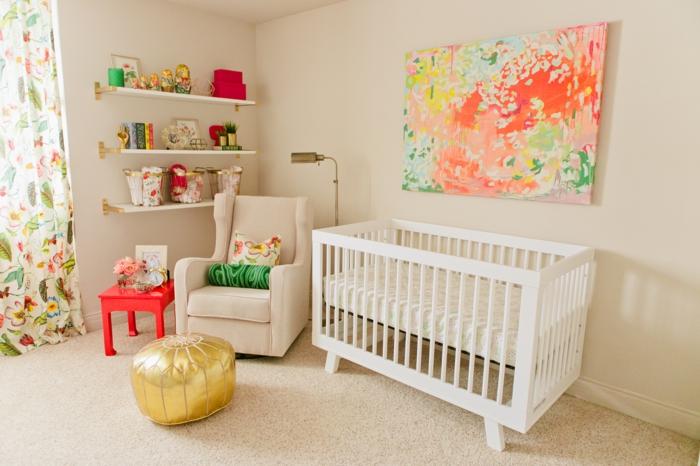 habitaciones de bebe, habitación con litera blanca, sillón beige, taburete en dorado, estantería y cortinas florales