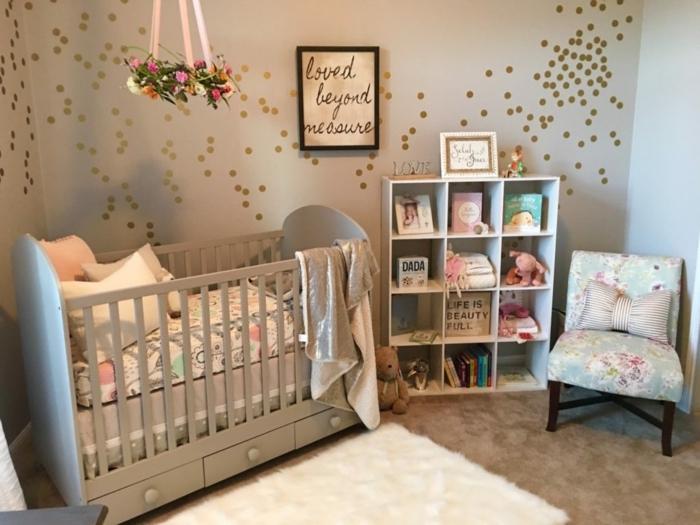 habitaciones de bebe, habitación con litera gris, sillón con cojín, estantería y decoración con flores colgantes