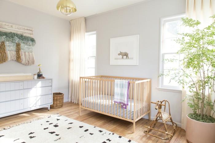 habitaciones de bebe, habitación con armario y litera de madera clara, planta y tapete, cuadro con rinoceronte