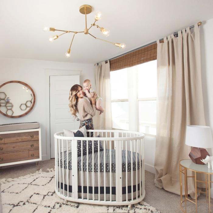 habitaciones de bebe, habitación con litera redonda blanca, cortinas beige, mamá con bebé