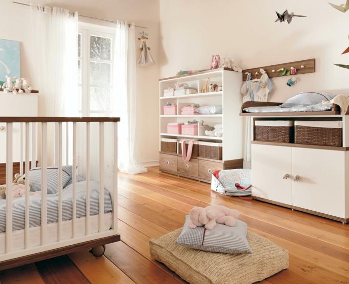 habitaciones de bebe, habitación en blanco y marrón, litera con ruedas, cojines y ventanal con cortinas blancas