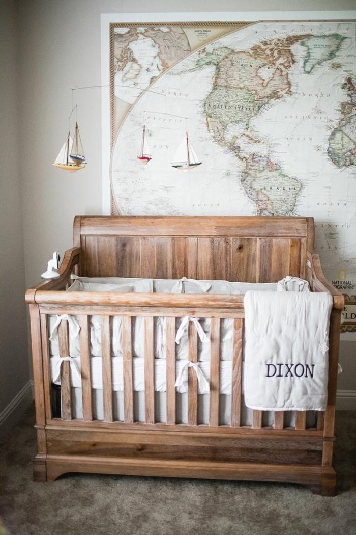 habitaciones de bebe, litera de madera, deoración con mapa mundo y barcos colgantes