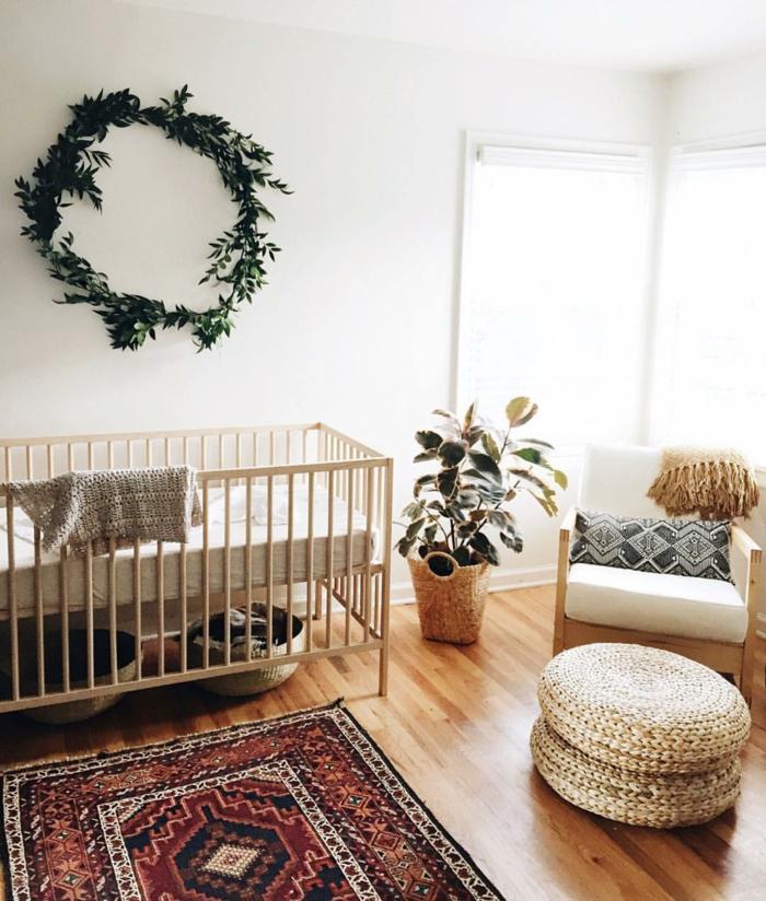 habitaciones de bebe, habitaciñon con decoración con plantas verdes, litera y sillón de madera