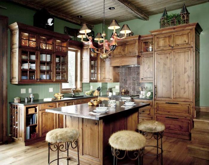 cocina rustica, cocina con isla, sillas tapizadas con piel, alacenas de madera, lámpara de araña
