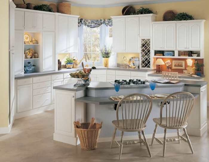 cocina rustica, cocina con mucha luz, alacenas blancas, isla con sillas, suelo laminado, ventana con cortina