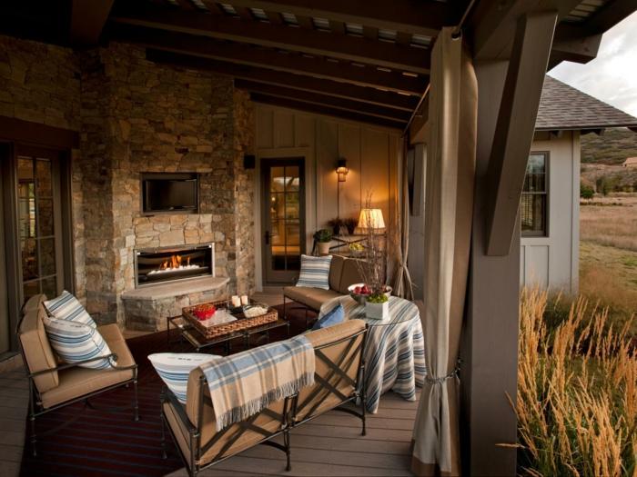decorar salon, salon abierto con chimenea, sofás con cubiertas y mesa