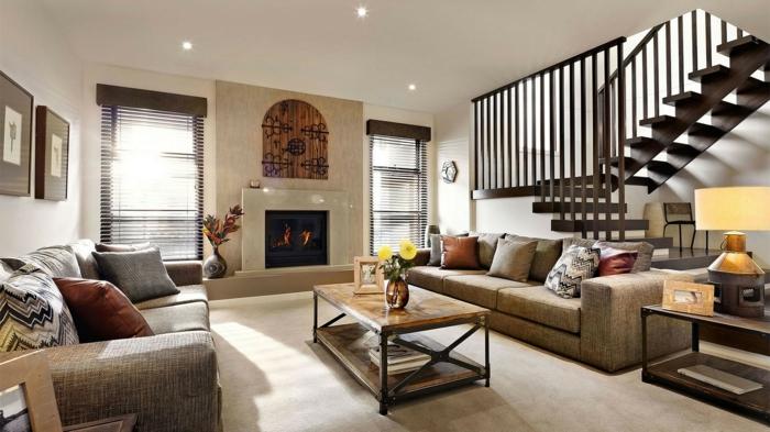decorar salon, salon con escaleras, sofás y mesa rectangular, chimenea encendida