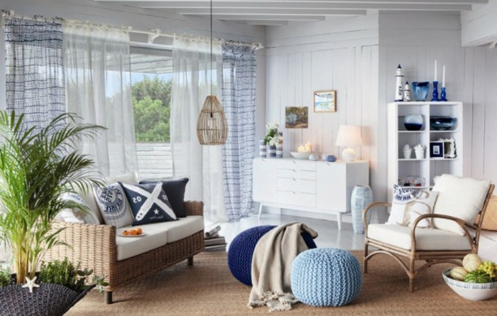 salones pequeños, salón con muebles de rattan, paredes de madera blanca, sillón, ventanales con cortinas