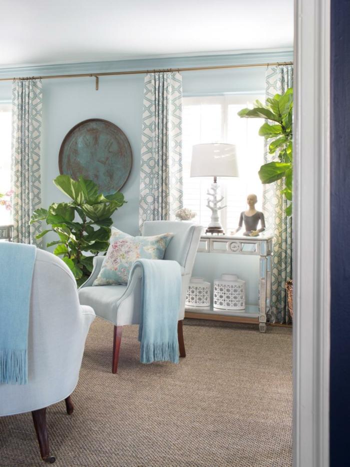 salones pequeños, salón clásico con paredes azules, plantas verdes y cortinas, sillónes con cojines pastel y estatua de mujer