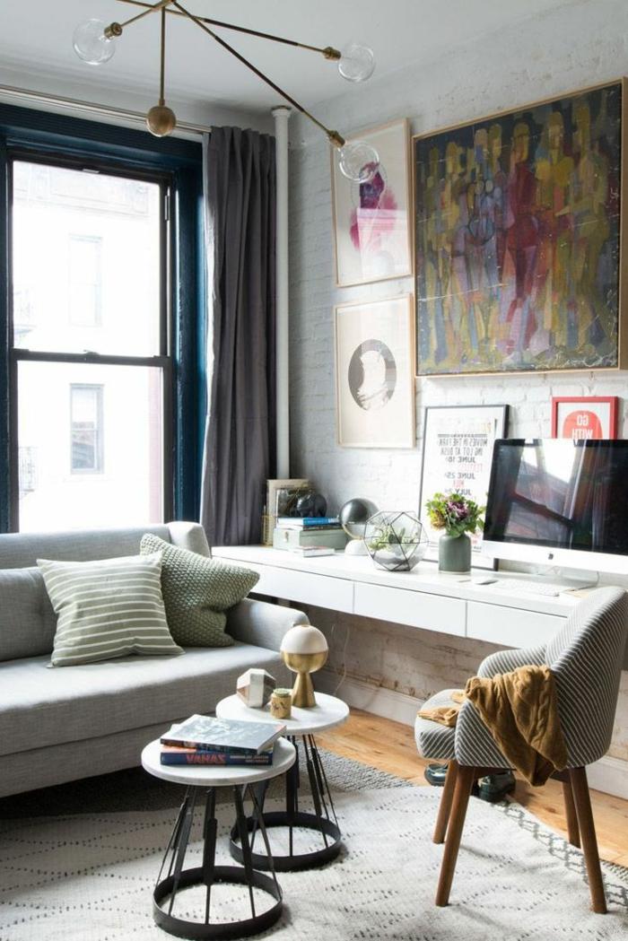 salones pequeños, salón pequeño con sofña, silla y dos mesas de café, pantalla sobre escritorio blanco