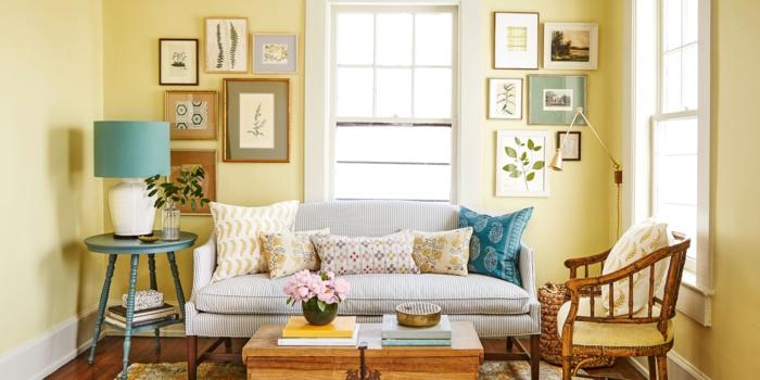 decoracion de salones, salón pequeño con paredes amarillas, plantas enmarcadas, sofá rayada con cojines, mesa y sillón de madera