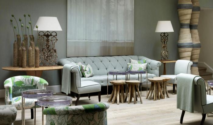 decorar salon, salon con sillas rusticas, sofá en azul, lámparas blancas y sillones blanco verde