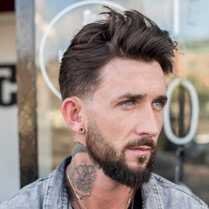 cortes de pelo cara redonda, estilo hipster, corte tipo halcón, pelo castaño y rizado, barba media