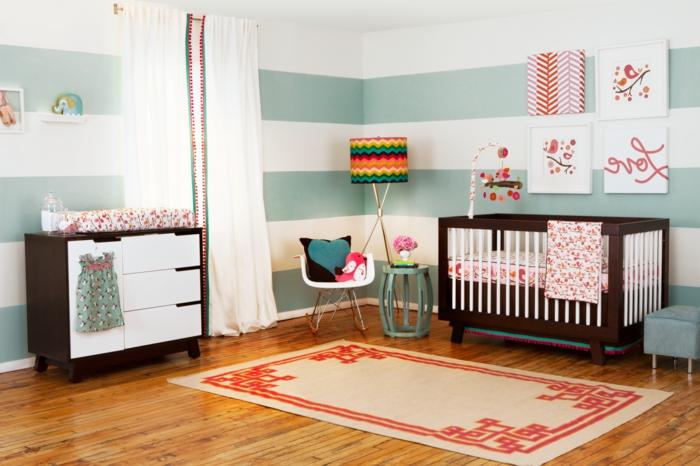 habitaciones juveniles, habitación bebé con tapete, litera y armario en blanco y marrón, paredes en azul y blanco