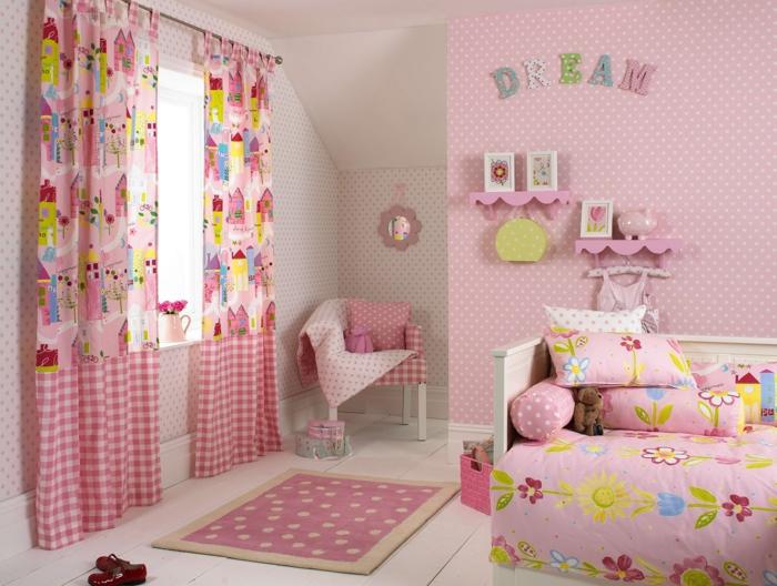 habitaciones infantiles, habitación para chica en rosado, papel pintado diseño en puntos, cortinas y sillón