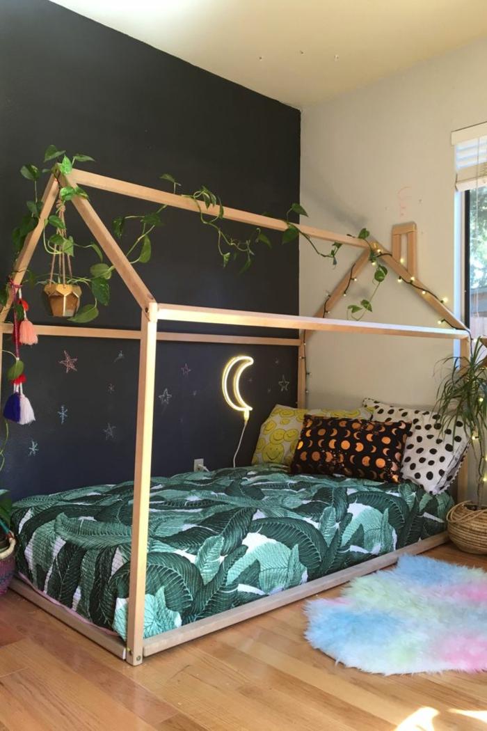 habitaciones juveniles, habitacion con cama baja en forma de casa, lámpara como luna, almohadas y luces