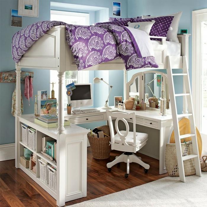 habitaciones juveniles, dormitorio con cama elevada blanca y escritorio debajo, sabanas en púrpura, paredes azules