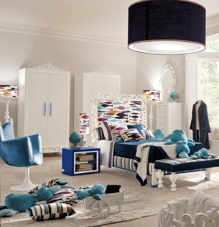 habitaciones juveniles, dormitorio en blanco y azul, cabecero con peces, armarios, sillón y tapete