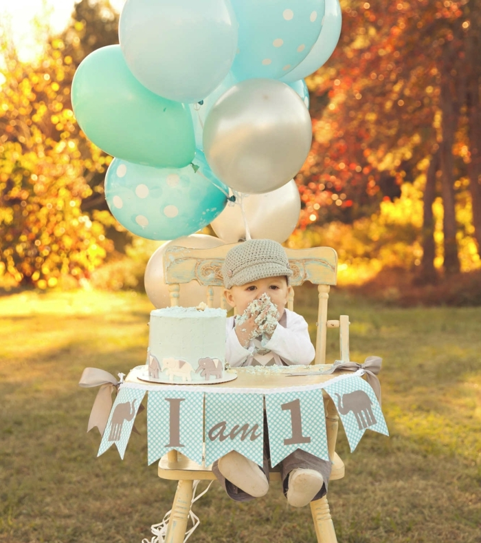 ideas para fiestas de cumpleaños, decoración con globos, niño con pastel