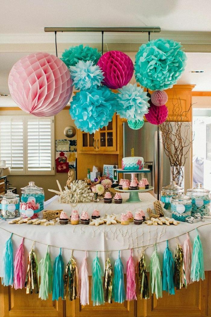 ideas para fiestas de cumpleaños, decoración colores pastel, guirnaldas en mesa blanca, dulces y panques