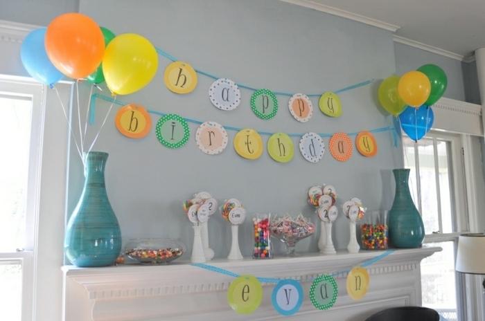 ideas para fiestas de cumpleaños, chimenea decorada con jarras en azul, guirnalda y globos