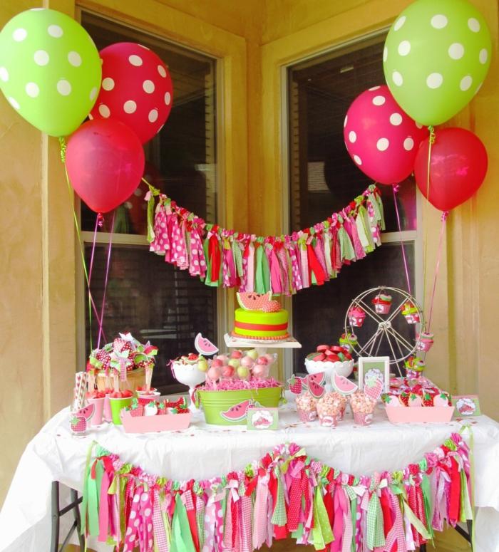 decoracion con globos, decoracion cumpleaños en rojo y verde con sandías y guirnaldas