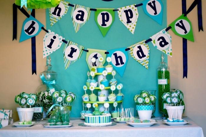 decoracion con globos, decoracion en verde y azul con panques y guirnalda con frases