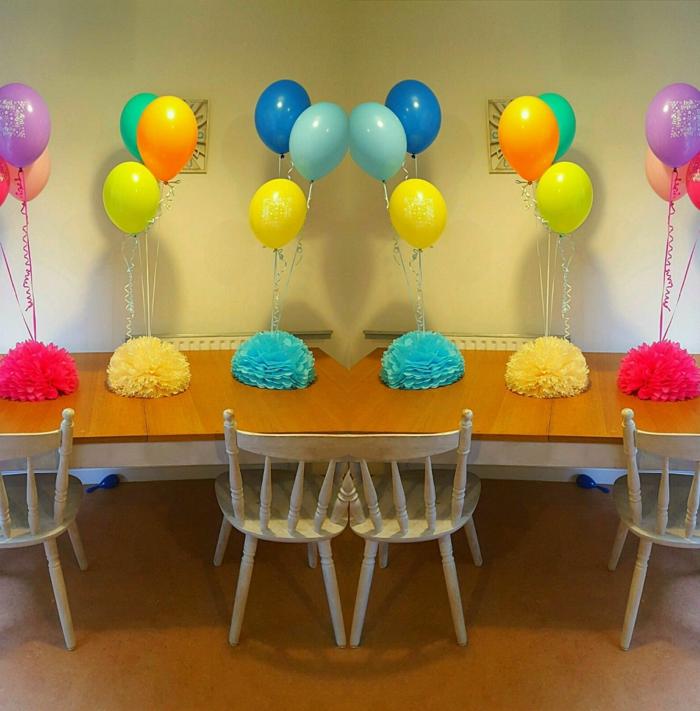 decoracion con globos, mesa de madera con globos de latex multicolor