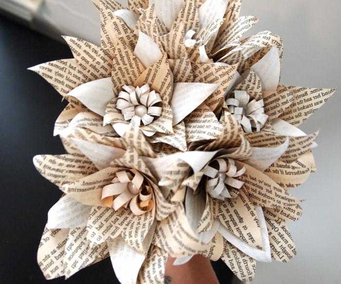 como hacer flores de papel, bouquet con flores hechos con papel de periódico