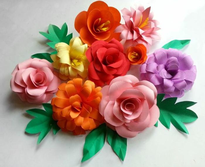 como hacer flores de papel, decoración con flores de cartulina en diferentes colores