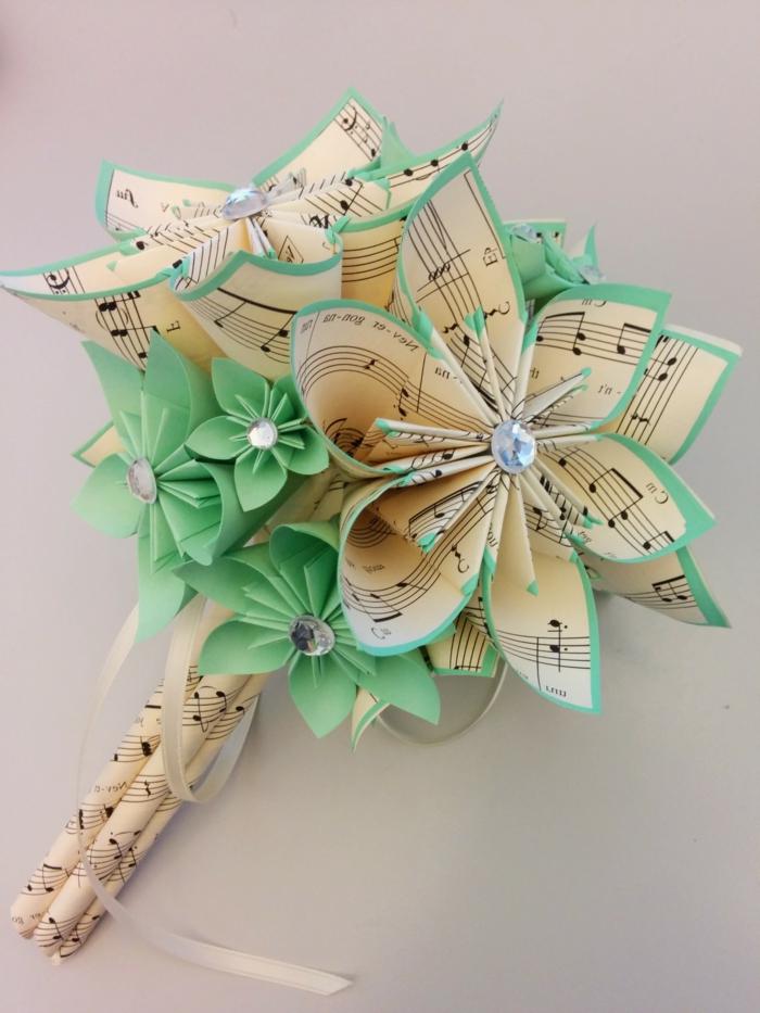 como hacer una rosa de papel, bouquet con flores de papel con pentagramas y verde