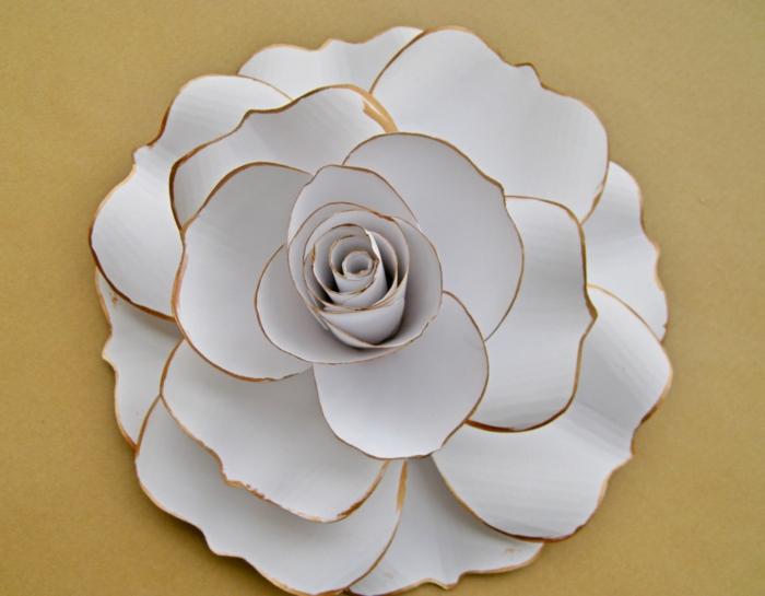 como hacer una rosa de papel, flor de papel blanco con extremos dorados