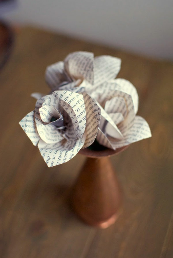 manualidades con papel, rosas de papel de periódico sobre madera