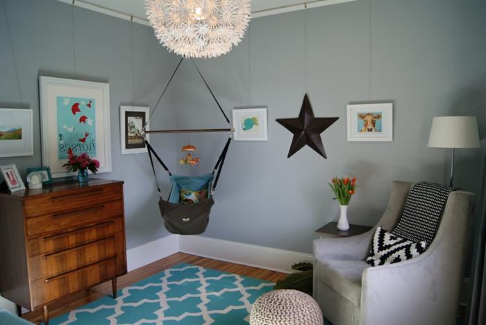 decoracion habitacion bebe, habitación con columpio y sillón gris, tapete azul, armario de madera