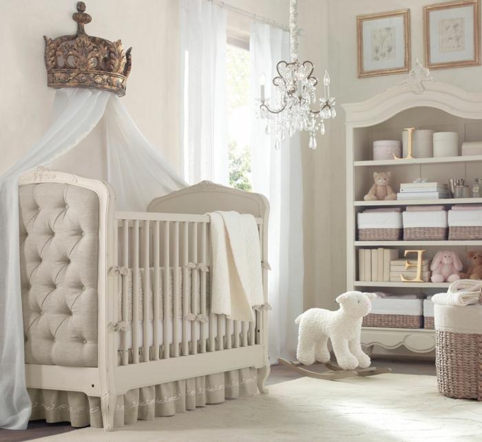 decoracion habitacion bebe, litera con baldaquín y corona, estantería y lámpara de araña
