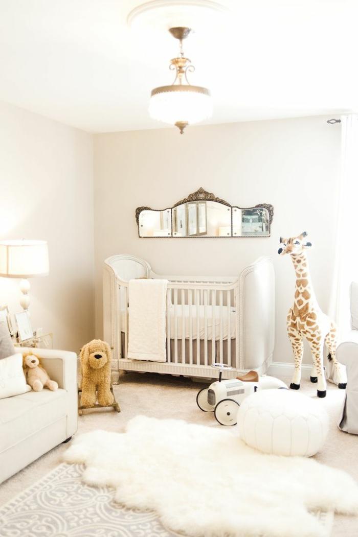 decoracion habitacion bebe, espejo sobre litera blanca, peluches girafa perro, alfombra piel