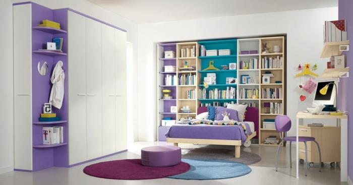 dormitorios juveniles baratos, habitación en púrpura, armario blanco, estantería grande con libros, escritorio y ordenador